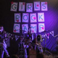 Banda Meg se apresentando no intervalo do meio-dia. Fonte: Girls Rock Camp Porto Alegre @girsrockcamppoa