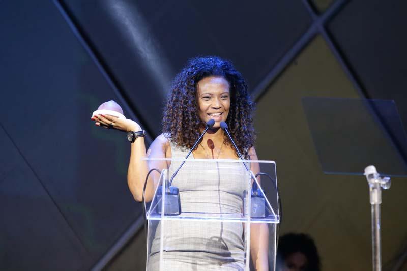 Eliane Dias recebendo o prêmio de Melhor Empreendedora Musical